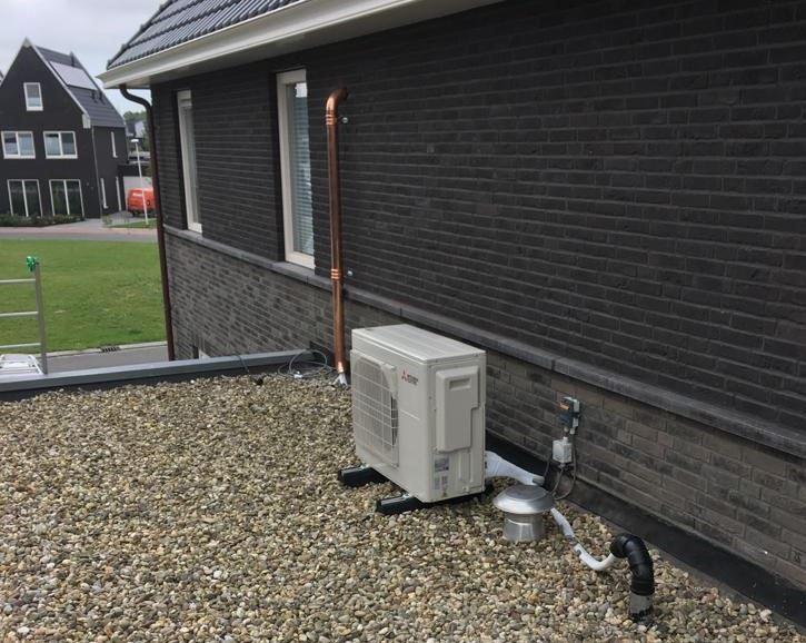 Koperen hemelwaterafvoer gebruikt om leidingen weg te werken